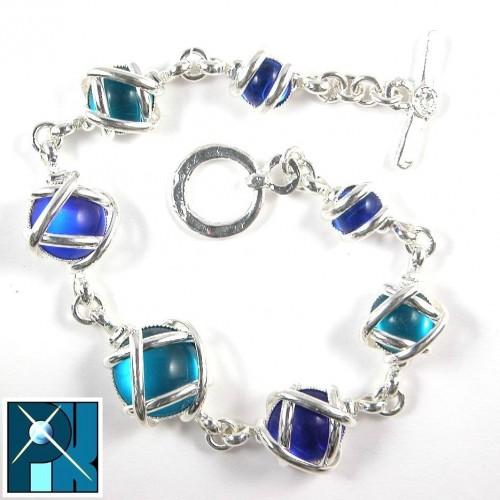 Bracelet multicolore avec sept pierres de tailles différents.