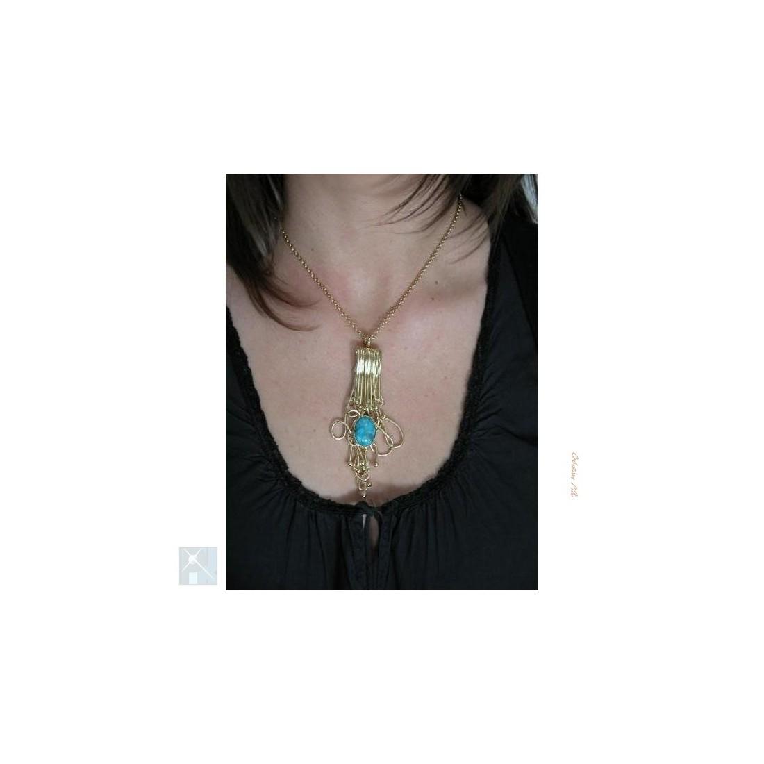 Pendentif, création en fil de laiton avec la turquoise.