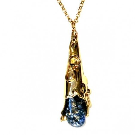 Pendentif artisanal avec un cristal teinté bleu.