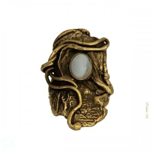 Bague originale de couleur bronze avec la calcédoine.