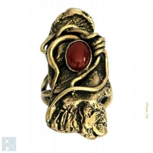 Bague artisanale avec une pierre fine appelée la cornaline.