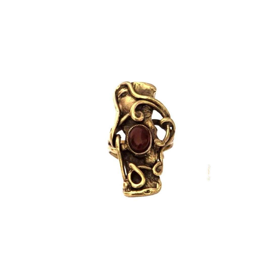 Bague baroque de couleur bronze avec la pierre fine appelée la cornaline.