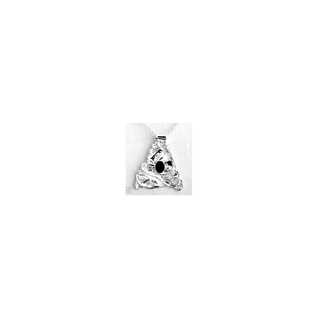 Petit pendentif artisanal avec une pierre fine appelée améthyste..