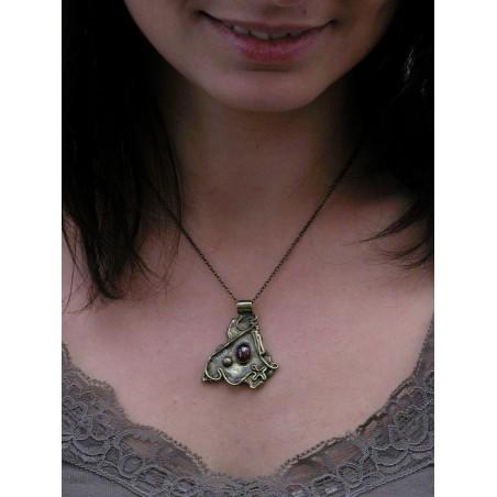 Petit pendentif baroque avec grenat.