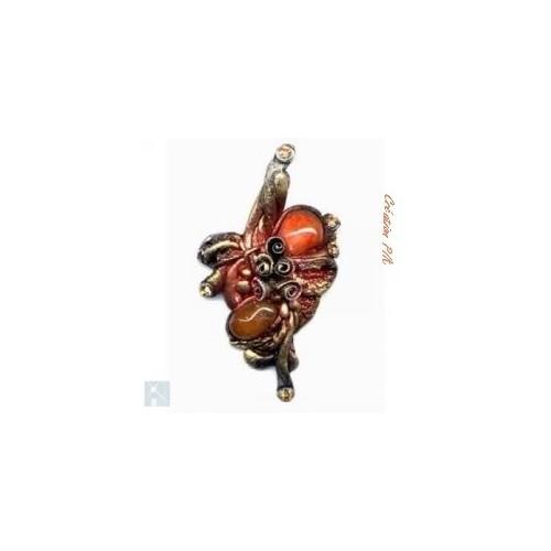 Broche en resine couleur marron avec une jolie cornaline