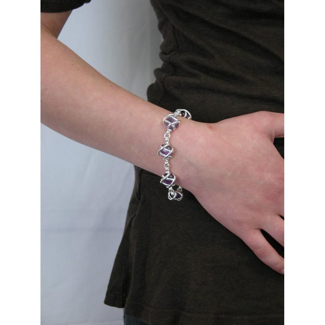 Bracelet fantaisie avec des pierres de couleur violette.