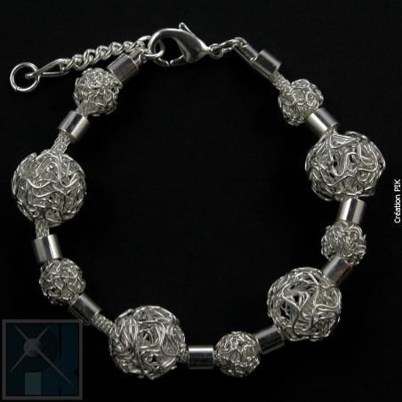 Bracelet avec des boules en fil, bijou artisanal.
