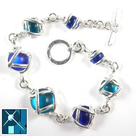 Bracelet multicolor avec des pierres de tailles différentes.