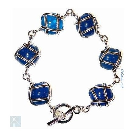 Bracelet avec des pierres fines agates bleus.