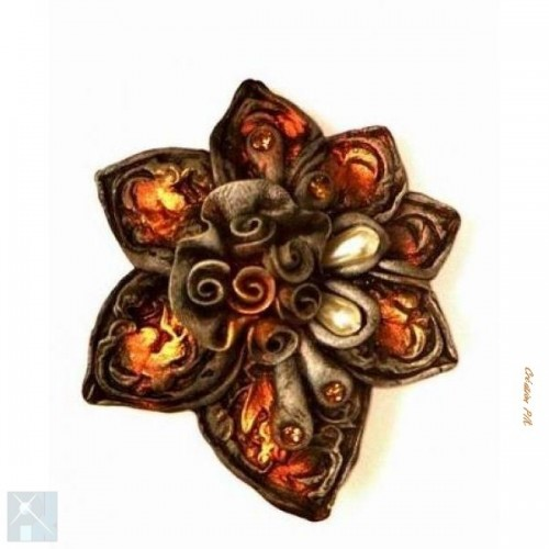 Broche enforme de fleur en resine