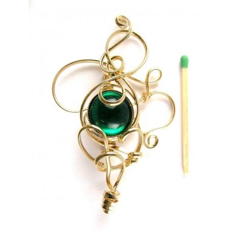 Broche fantaisie dorée avec une pierre de couleur vert émeraude.