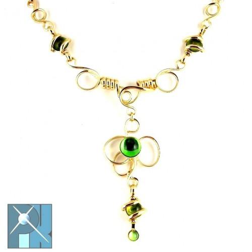 Collier doré sur chaîne, artisanat français, bijou fait main de couleur vert péridot