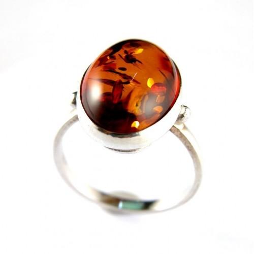 Bague en argent massif avec un cabochon  en ambre de forme ovale
