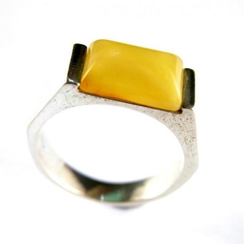 Originale et moderne bague en argent avec un joli ambre opaque