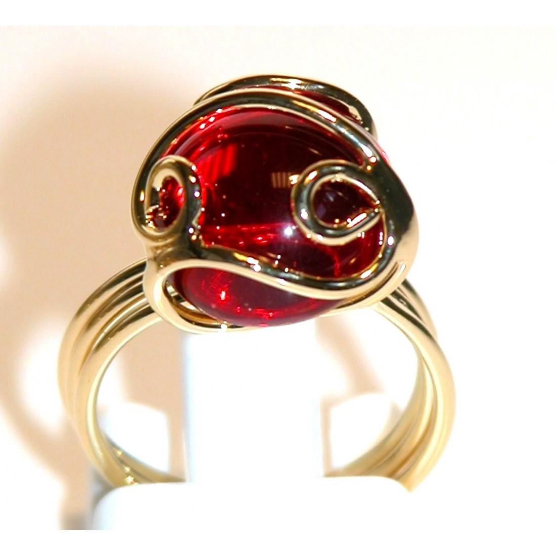 Bague fantaisie artisanale avec une pierre rouge. Bijou artisanal made in France.