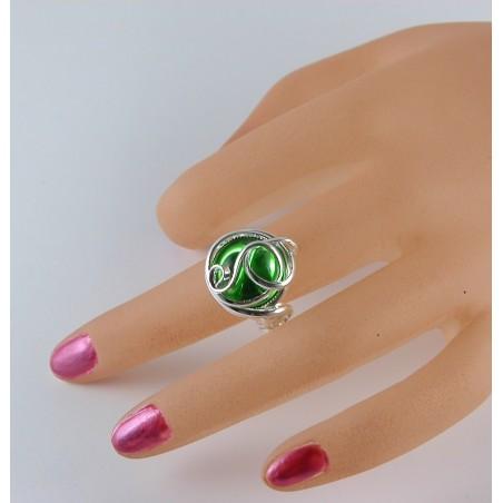 Bague fantaisie argentée avec une pierre verte. Bijou de créateur français.