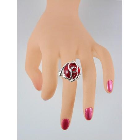 Bijou artisanal fait main avec une pierre rouge. Bague créée par un designer de bijoux.