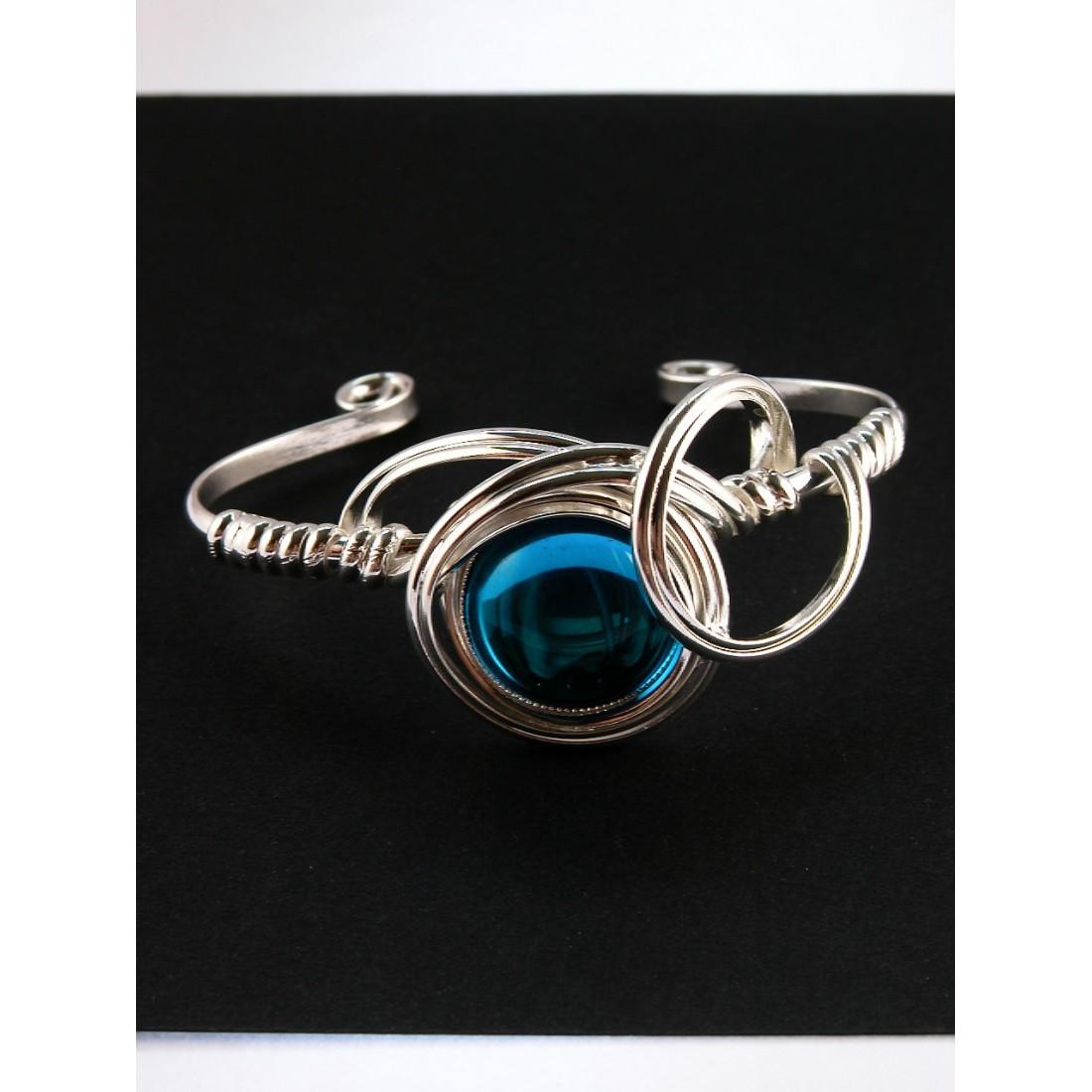 Très joli bracelet avec une pierre de couleur aigue-marine.