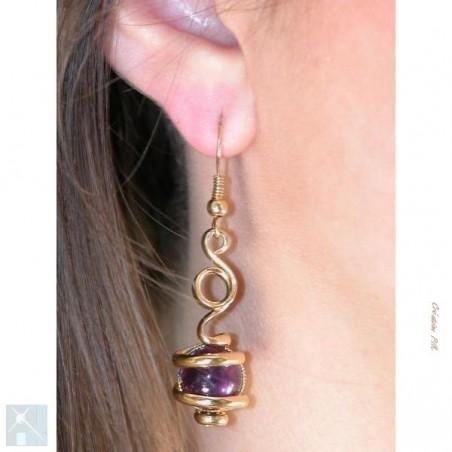 Boucles d'oreilles avec des pierres améthystes.