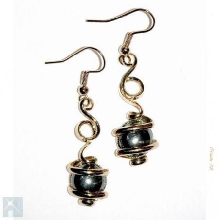 Boucles d'oreilles dorées avec des pierres hématites