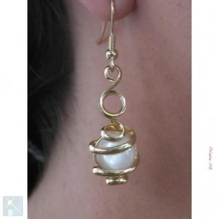 Boucles d'oreilles dorées avec la nacre