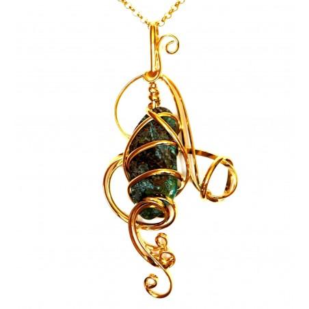 Bijou fantaisie, pendentif artisanal avec une pierre véritable.