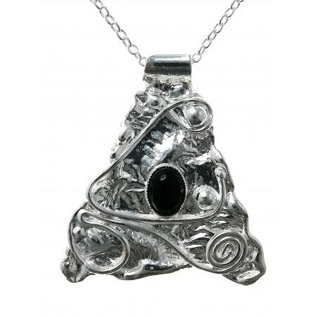 Petit pendentif artisanal avec une pierre fine.