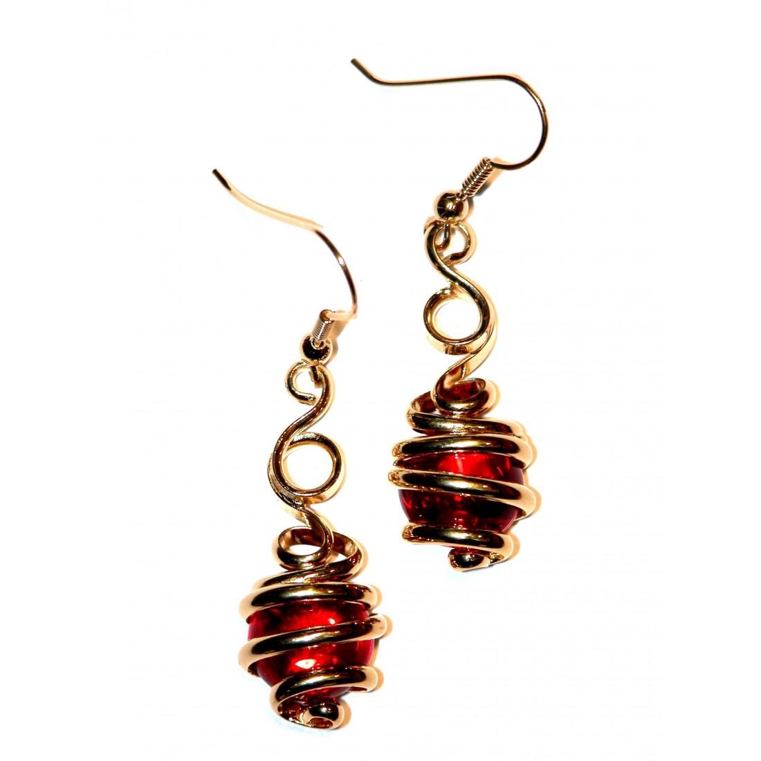 Boucles d'oreilles créateur or et rouge.