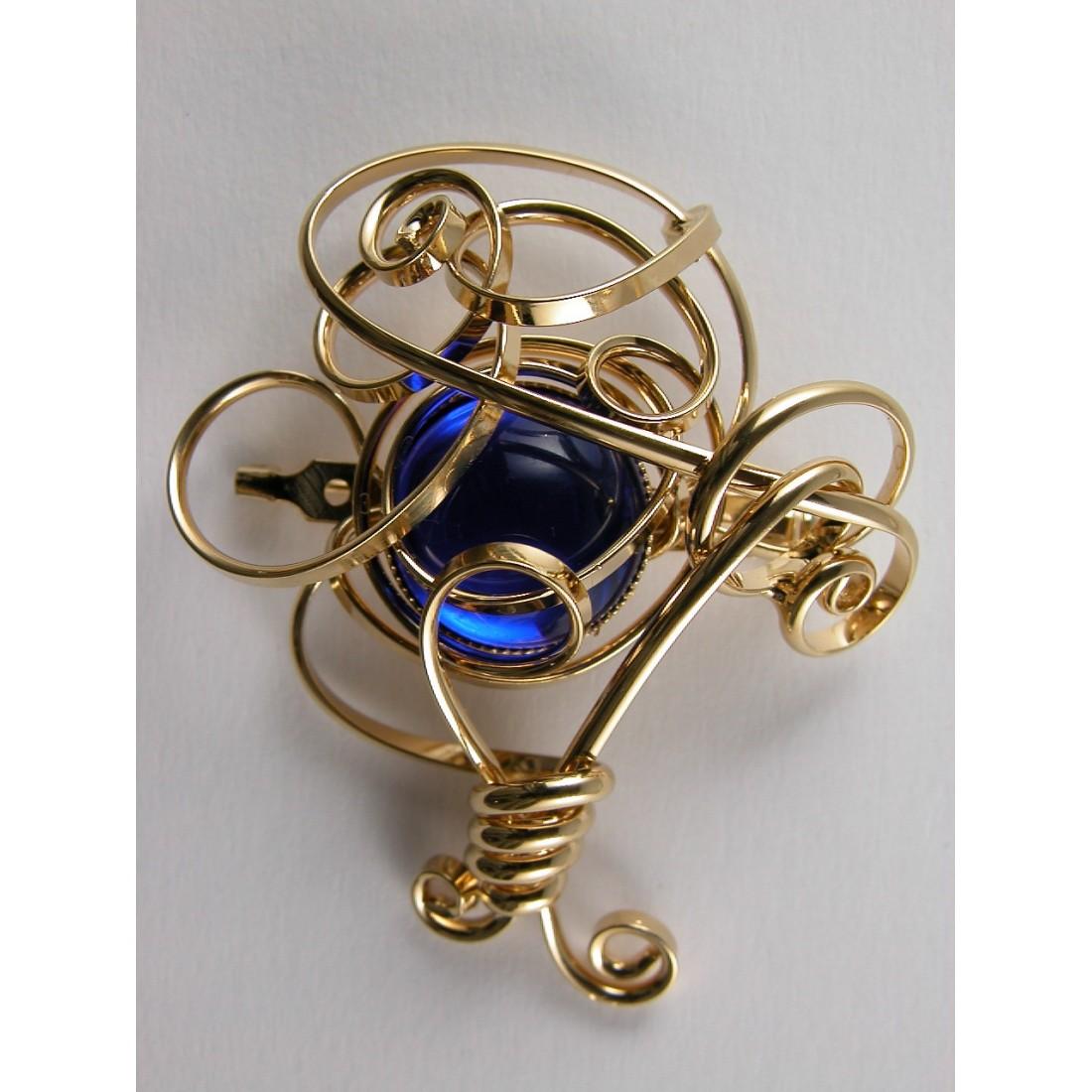 Broche dorée arrondie, finition artisanale or et bleu saphir