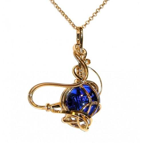 Pendentif fantaisie doré avec une  pierre bleue. Une véritable création artisanale.