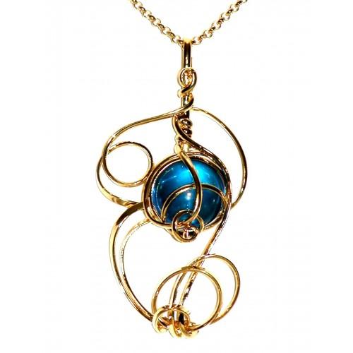 Pendentif doré avec une pierre bleue. Artisanat d'art français.