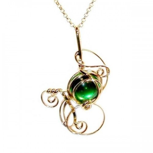 Bijou artisanal en fil doré avec une pierre verte. Création de bijou made in France.