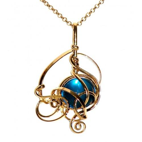 Pendentif doré sur chaîne. Création de bijou faite à la main.