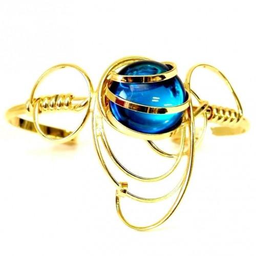 Bracelet doré de créateur-bijou fantaisie avec une pierre bleue. Bijou fait main.