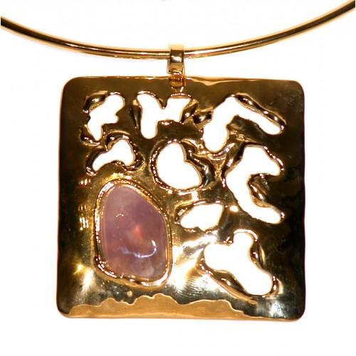 Collier carré avec une pierre fine