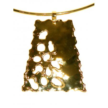 Collier artisanal doré en forme de trapèze ajouré, bijou contemporain