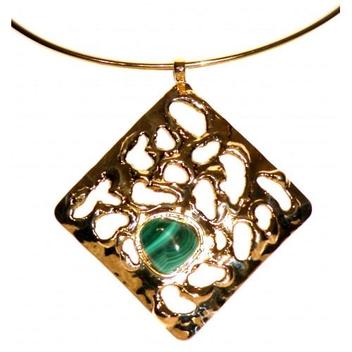 Grand collier doré avec une pierre semi-précieuse-bijou fait main