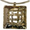 La fenêtre de prison-collier doré de création artisanale