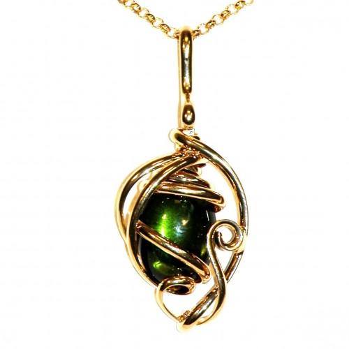 Pendentif doré, pierre vert olive. Bijou fait main en France.