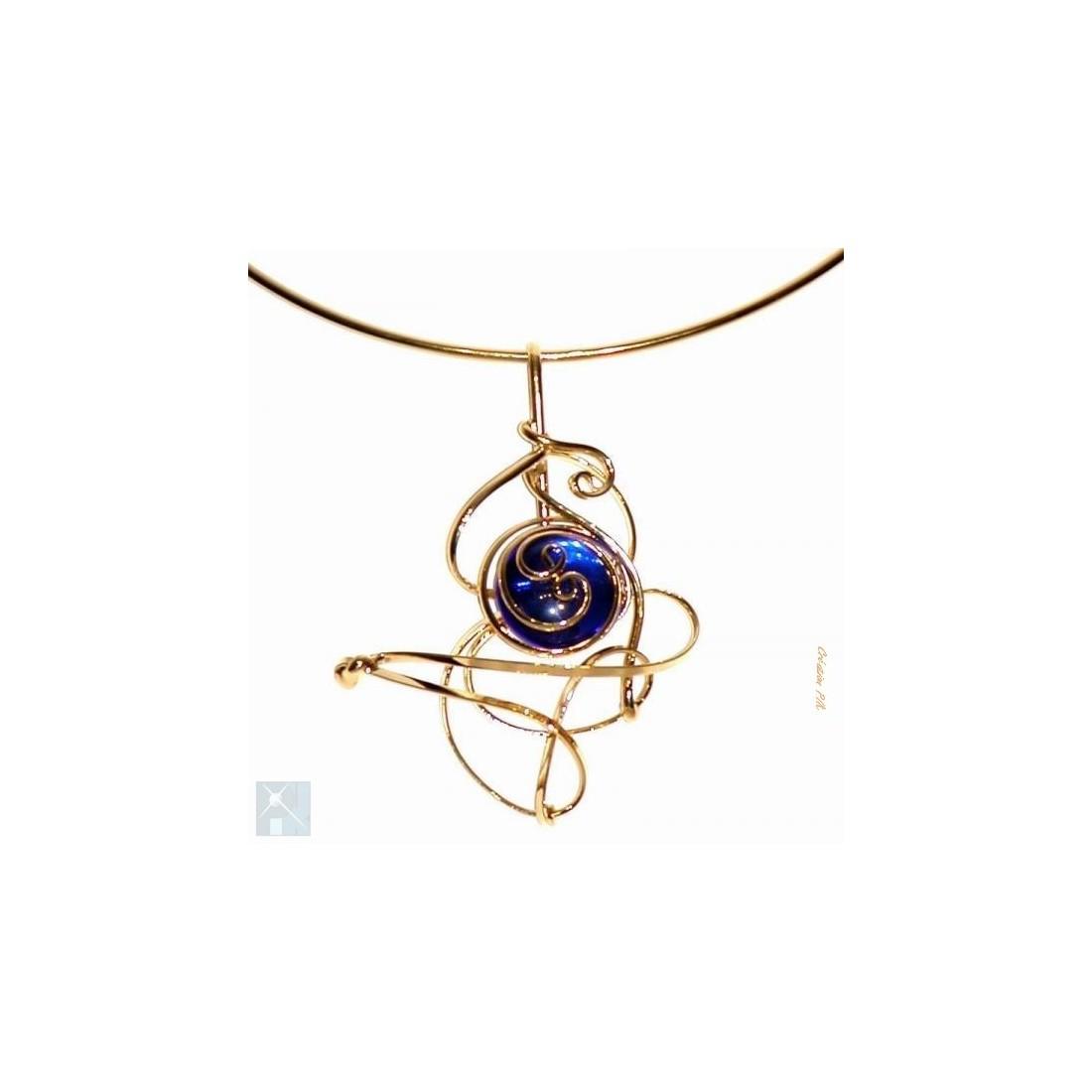 Collier doré de couleur bleu saphir