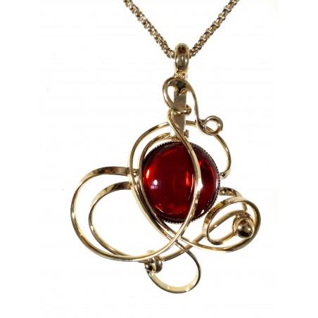 Bijou doré avec une pierre rouge. Artisanat d'art made in France.