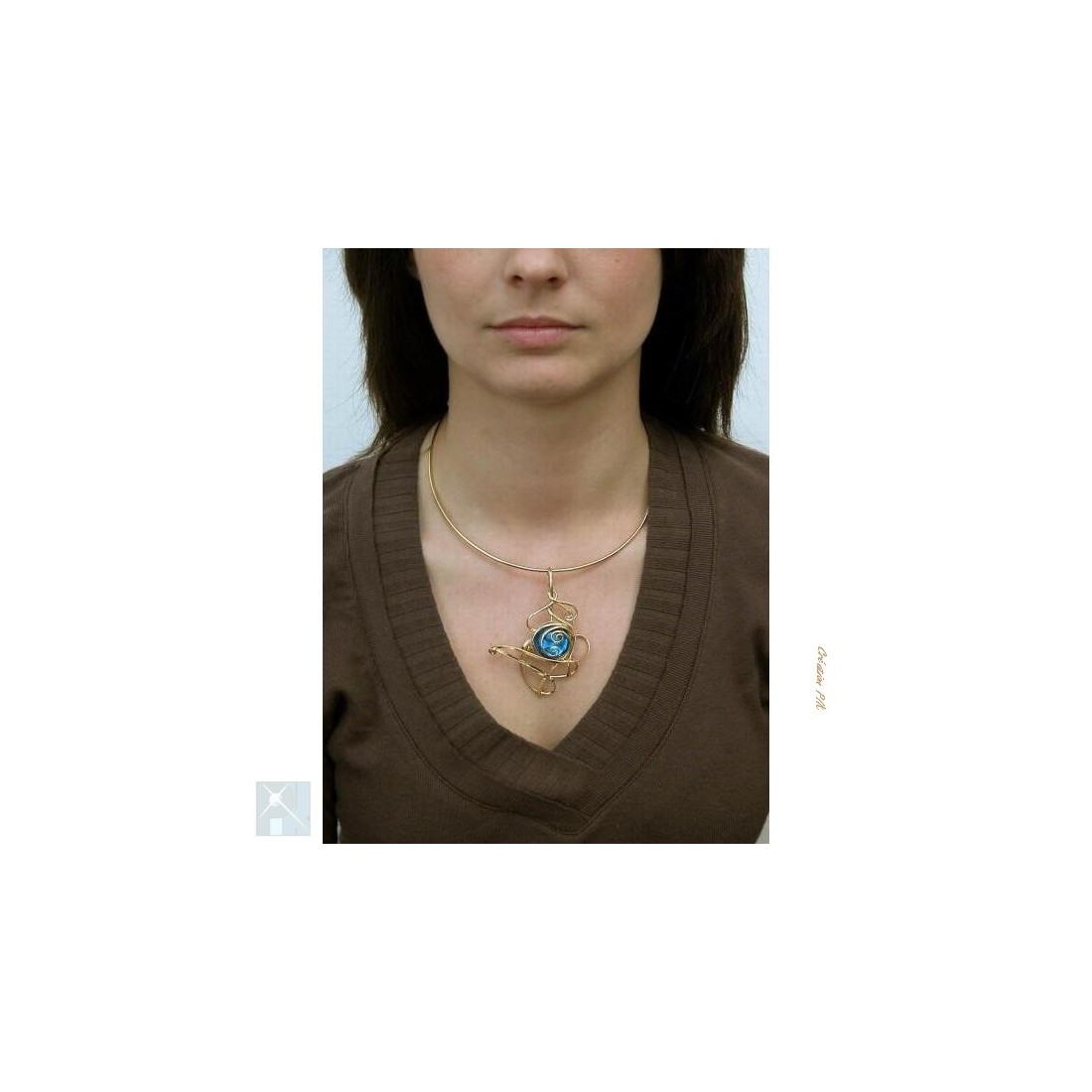 Collier doré de couleur bleue aïgue marine
