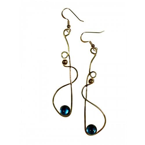 Boucles d'oreilles longues avec une pierre bleu clair. Bijou unique-artisanat d'art.