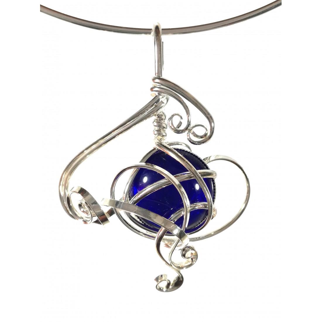 Collier de créateur avec un cabochon en verre bleu foncé