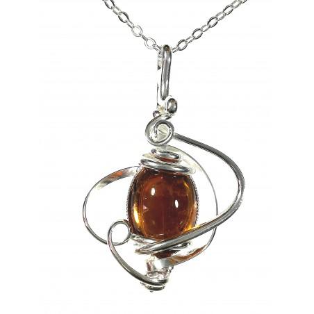 Petite fantaisie artisanale, pendentif avec une pierre de couleur topaze.