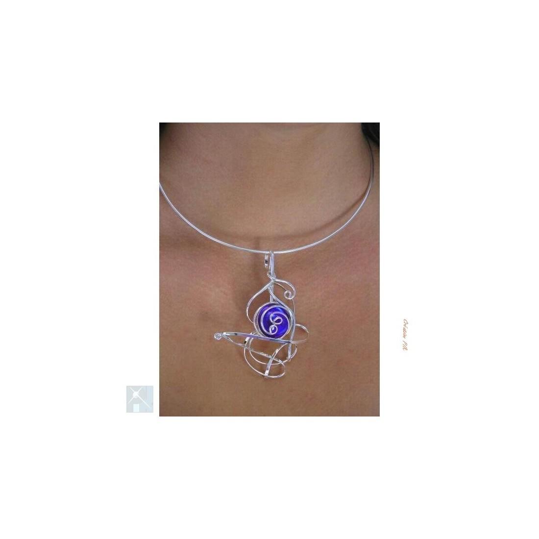 Collier argent de couleur saphir ou bleu foncé
