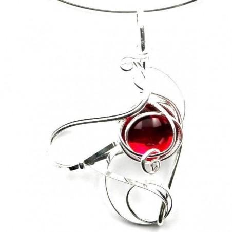 Collier de créateur rouge rubis.