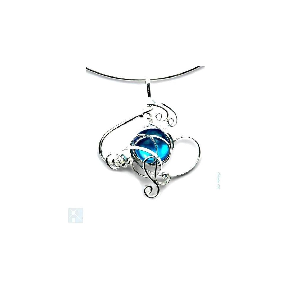 Collier de créateur bleu clair et argent.