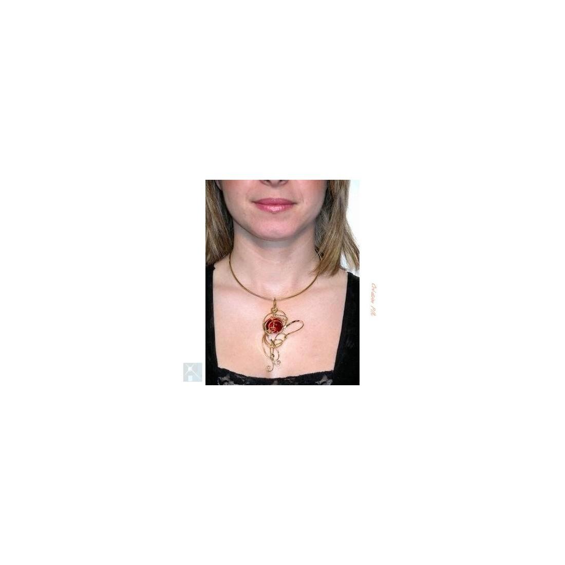 Collier de créateur doré et rouge rubis, bijou fantaisie avec une pierre rouge