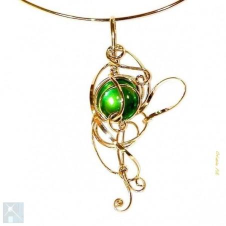 Collier doré et vert péridot sur tour du cou rigide